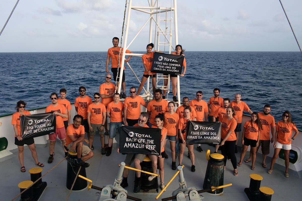 Photo de l'équipage de l'Esperanza au large du Brésil, à proximité du Récif de l'Amazone