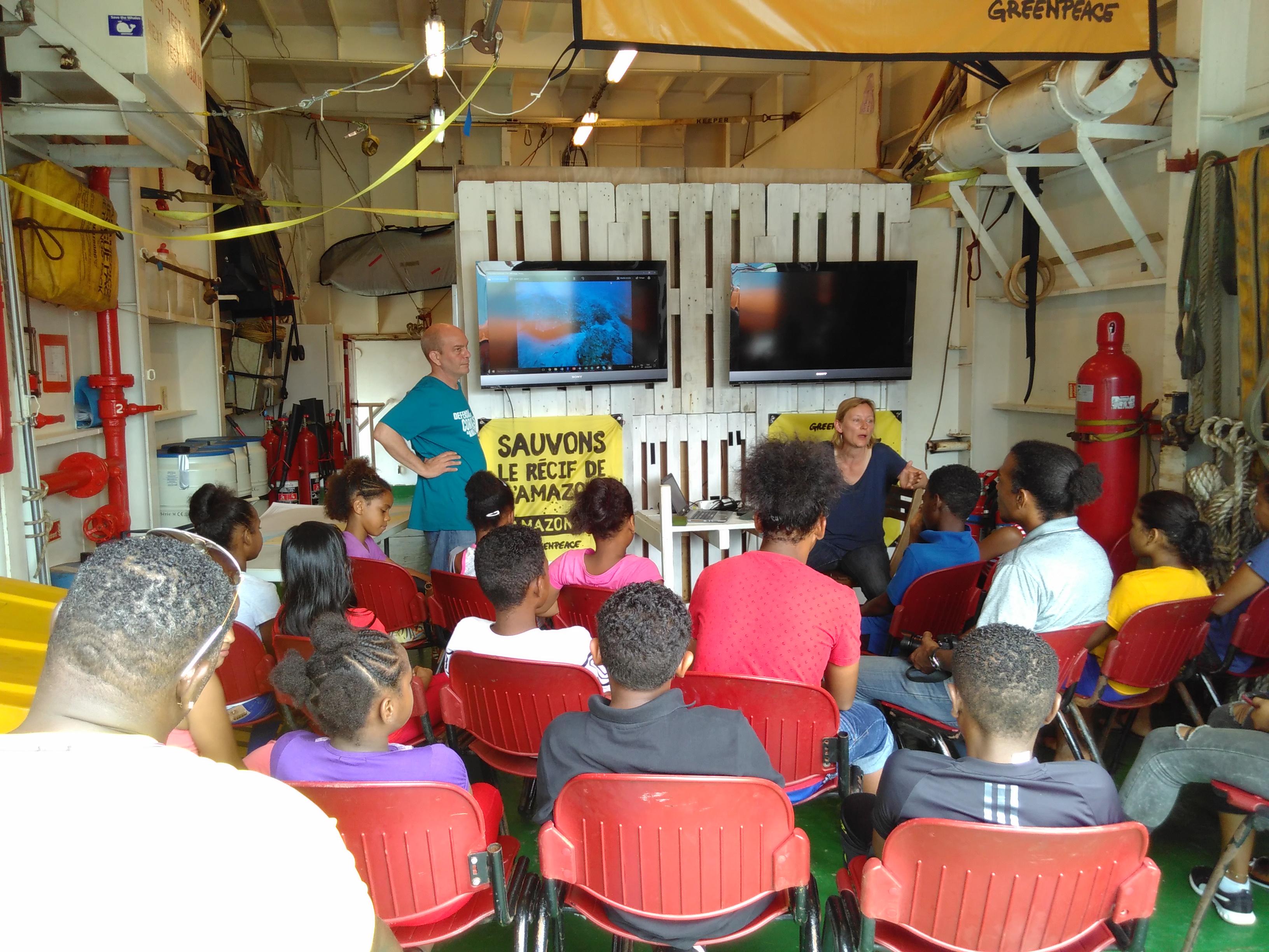 Présentation des découvertes du Récif de l'Amazone à des enfants en Guyane