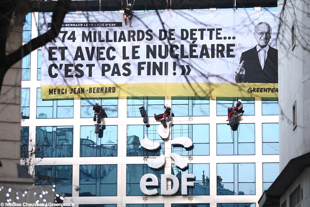 Faillite d'EDF : action de Greenpeace devant le siège