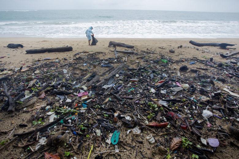 Nettoyage par des bénévoles de Greenpeace en Thaïlande.