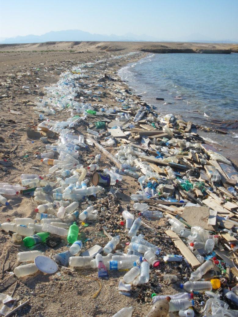 Plage de Sharm el Naga, Égypte, envahie par le plastique.