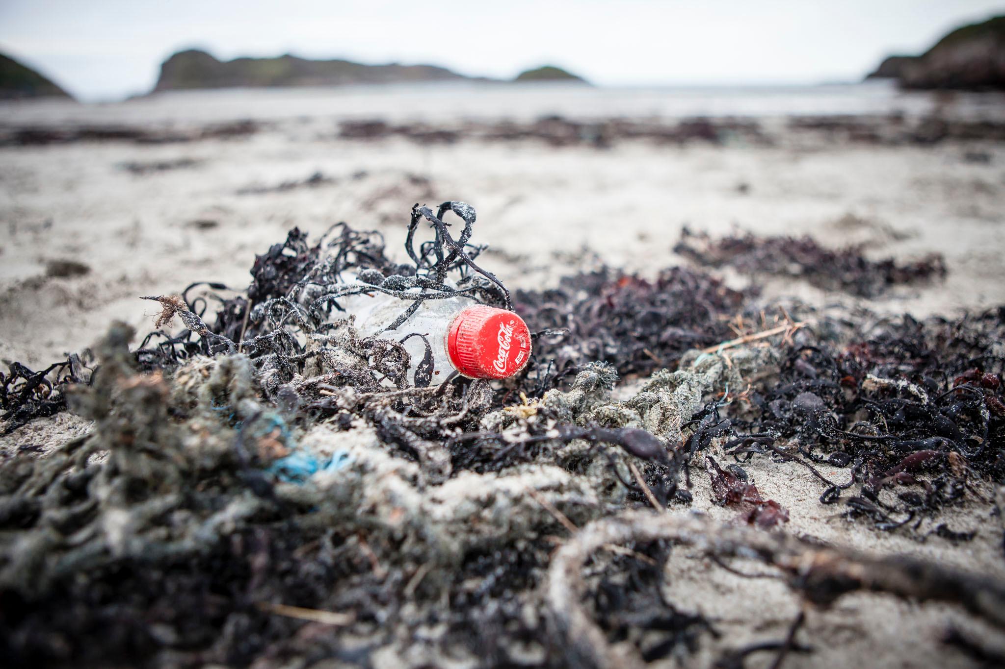 Bouteille de coca-cola retrouvée sur une plage d'Écosse lors d'une opération de nettoyage.