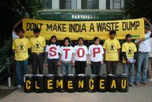 Le Conseil d'État suspend le transfert du porte-avions Clémenceau vers l'Inde, où il devait être désamianté.
