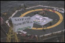 Shell renonce à saborder en pleine mer sa plateforme pétrolière désaffectée Brent Spar, au large des îles Shetland, et la remorque à terre pour la démanteler