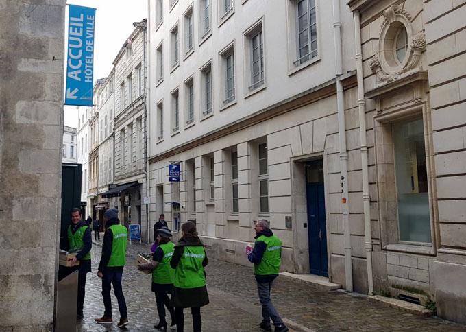 greenpeace-devant-la-mairie-de-la-rochelle