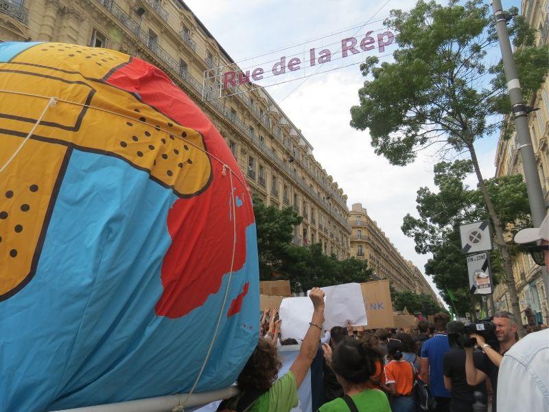 Planète Terre malade à la rue de la République