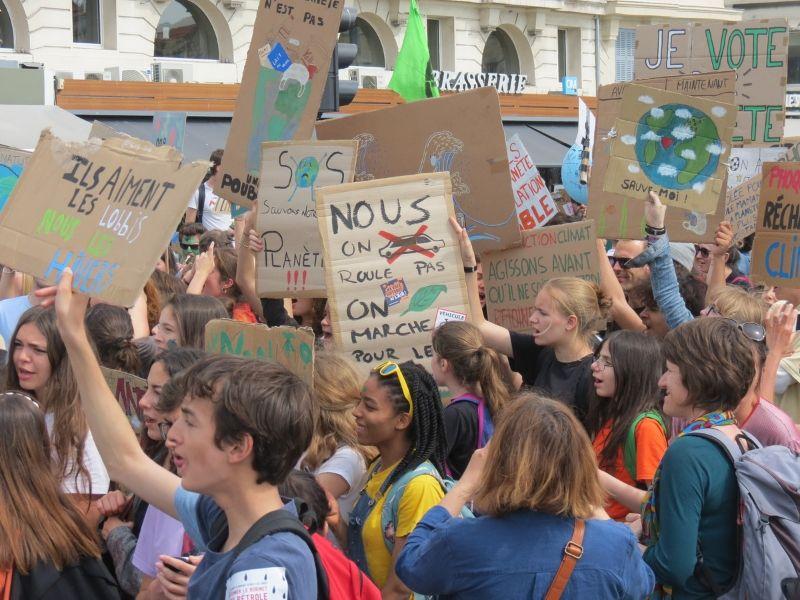Photo de jeunes militants dans les rues de Marseille