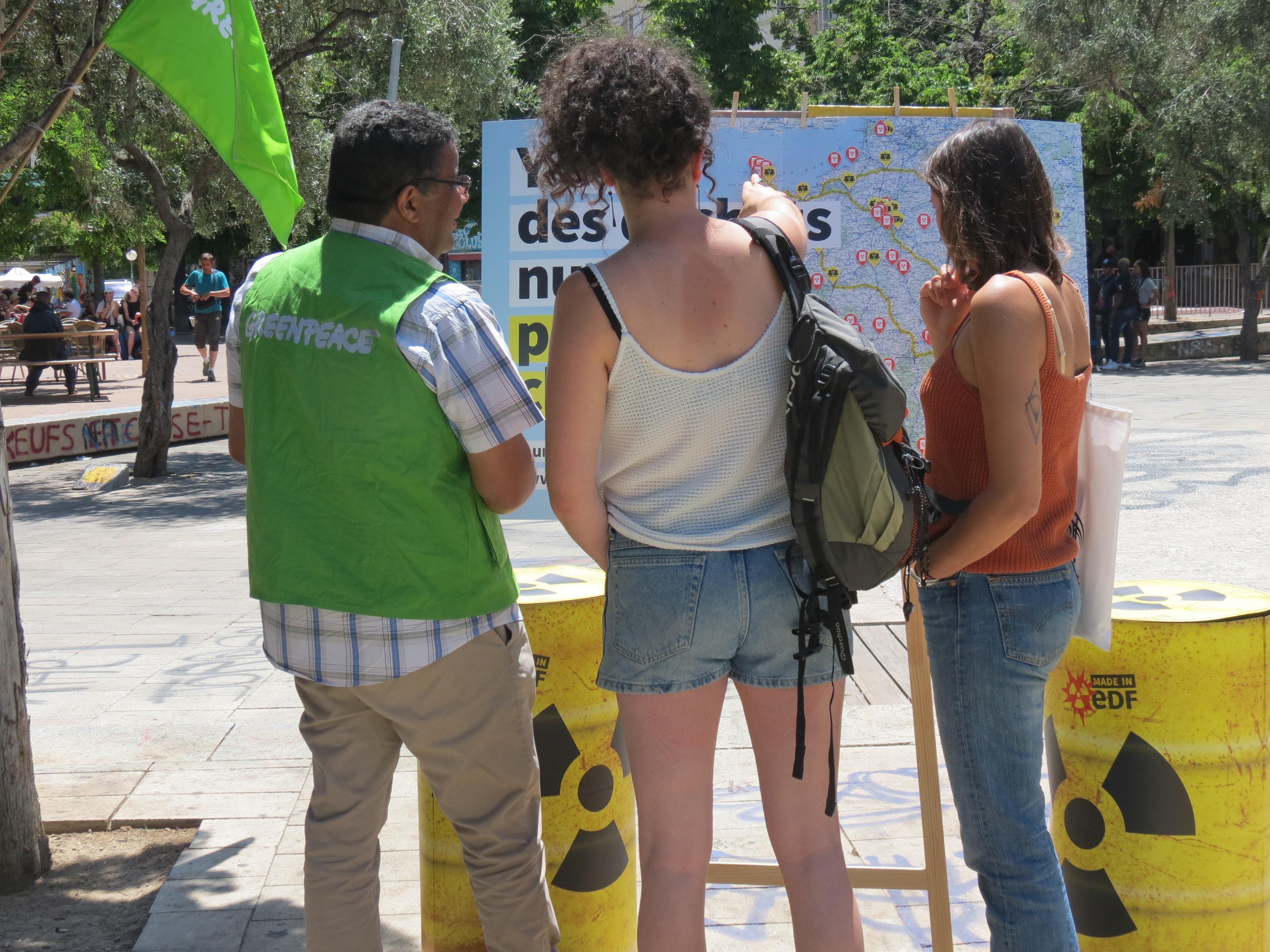 Militant Greenpeace présente la carte des déchets nucléaires aux passants