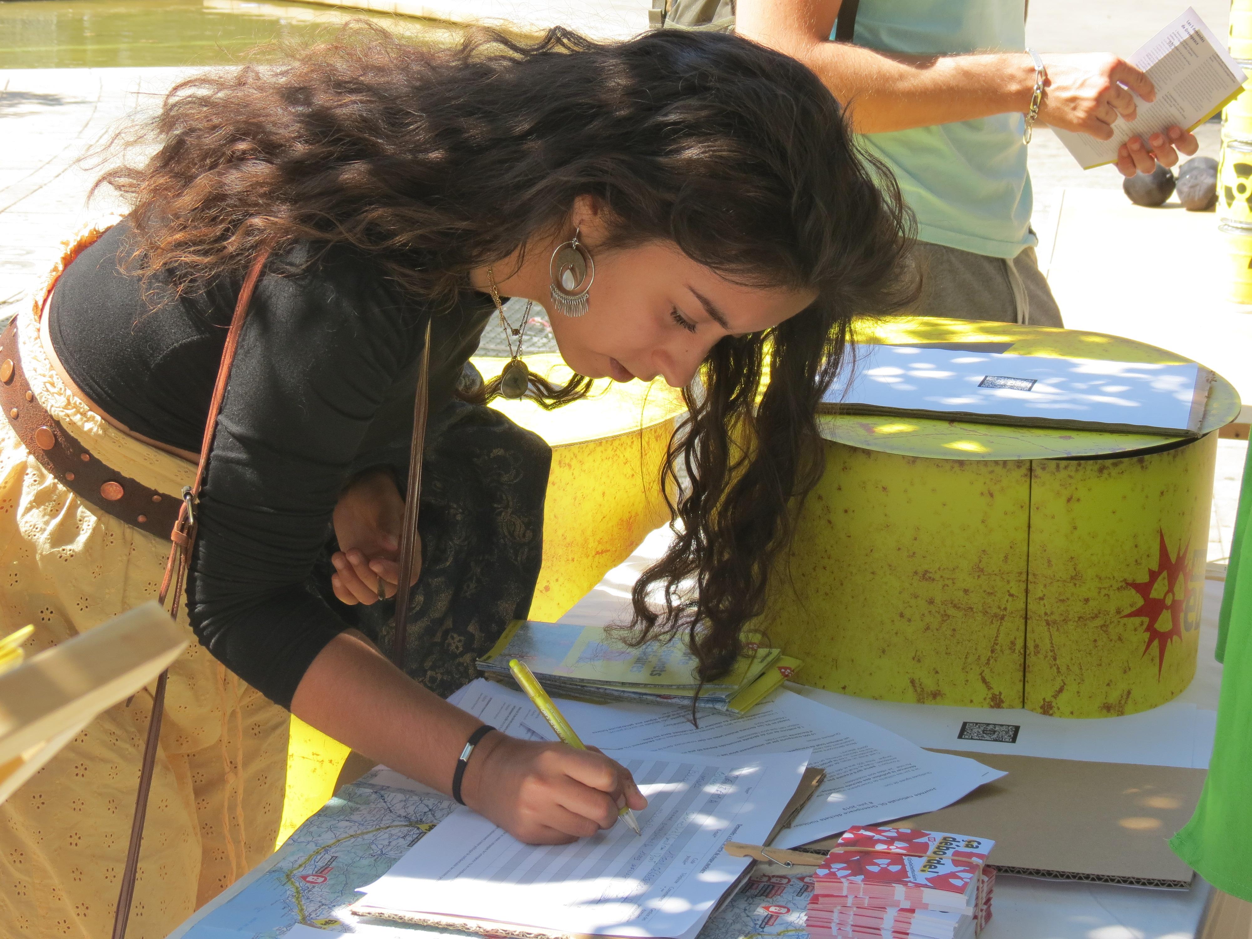 Une passante signe la pétition contre les déchets nucléaires
