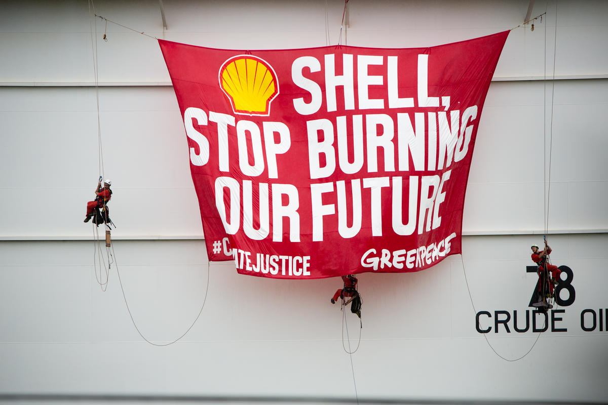Protest at Shell Depot in Batangas, Philippines. © Geric Cruz