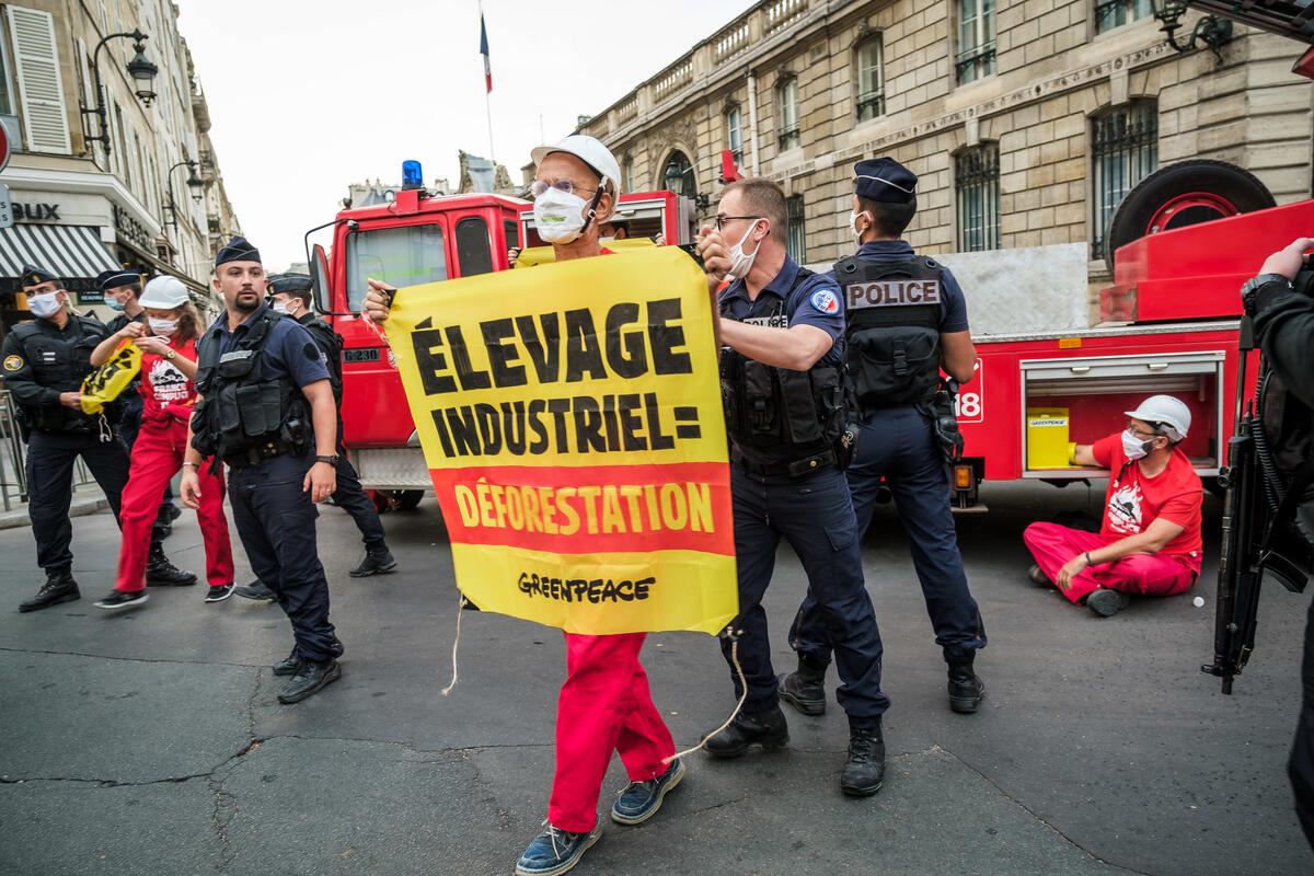 Access Blockade Action with a Fire Truck in front of the Elysée. © Simon Lambert