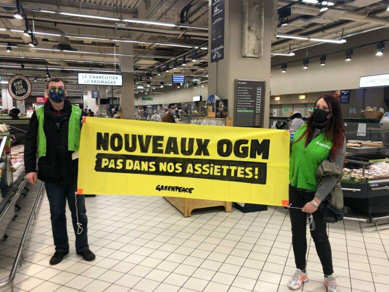 Militants tenant une banderole